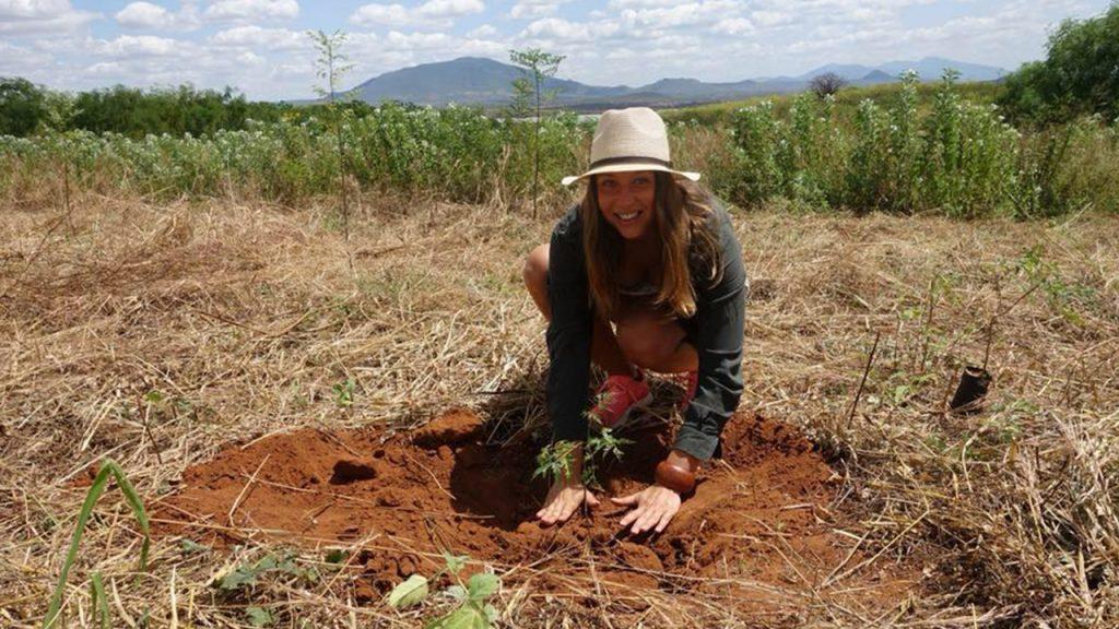Uno de nuestros clientes, Elisabeth, está plantando un árbol. 180629
