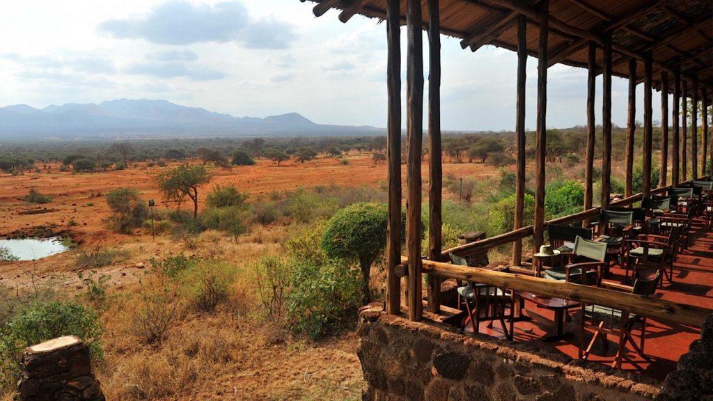 La terraza del Kilaguni Safari Lodge con el pozo de agua