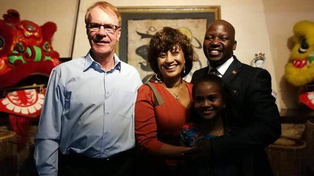 Rino y Julie Solberg con su hija adoptiva Nicola y el Ministro de Estado de Turismo de Uganda, 180702