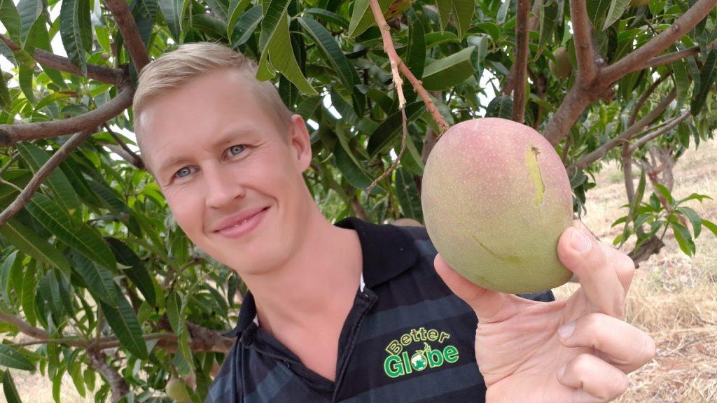 En av våra kunder Robin med en äpple-mango, 170706