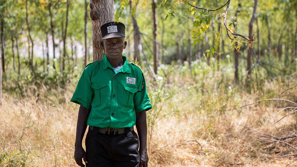 En av vakterna på plantagen vars primära uppgift är att skydda träden mot getter och andra djur som äter fröplantorna. Juli 2018
